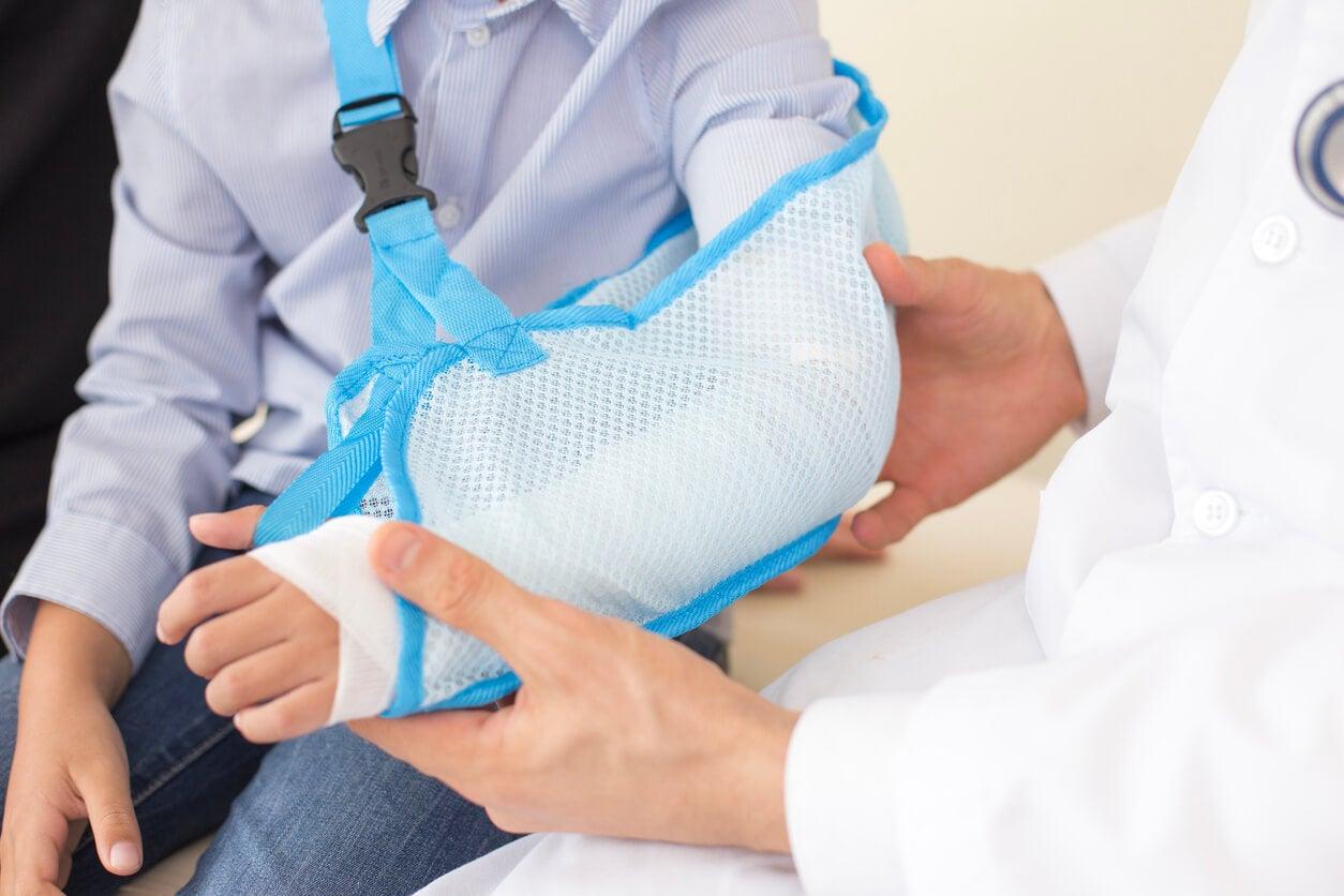 cabestrillo con gancho medico traumatologo fractura codo antebrazo
