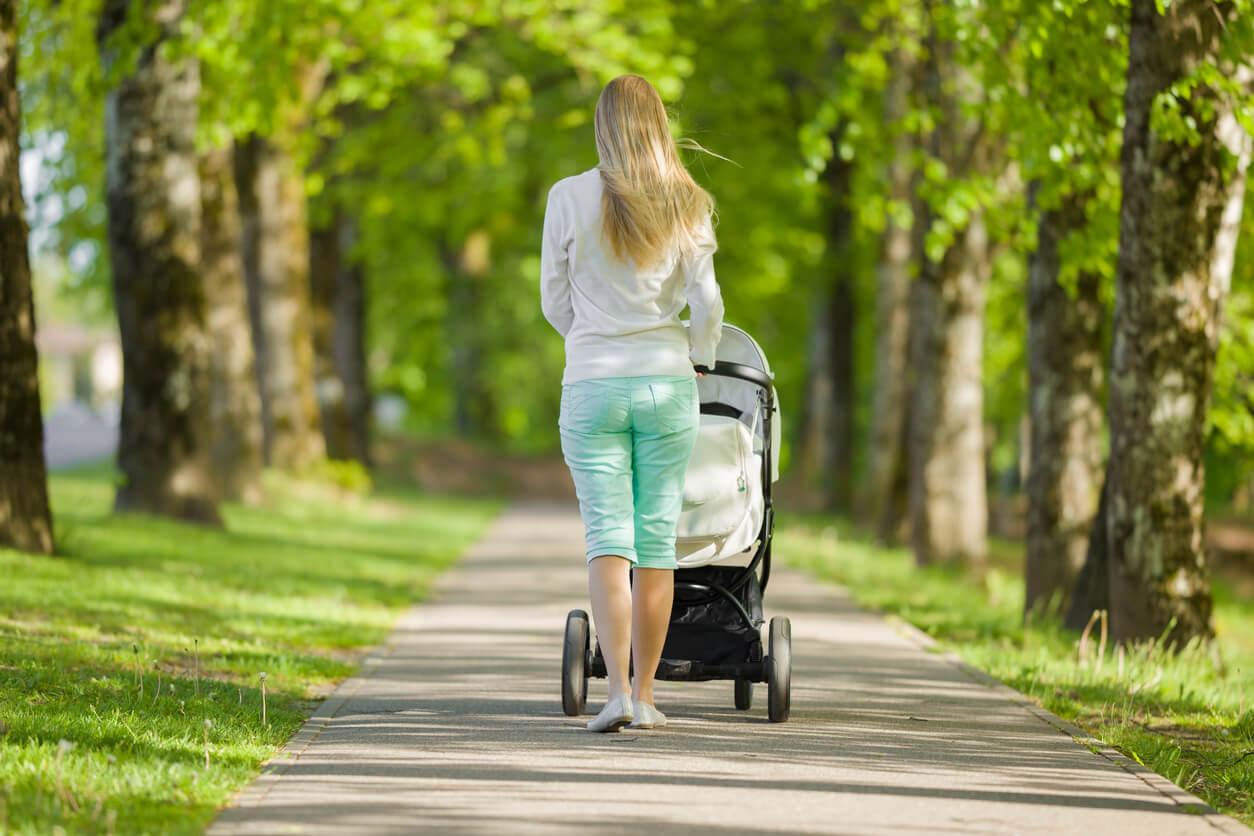 Mère se promenant avec son bébé dans le parc.