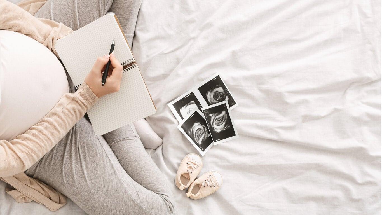 Mujer embarazada pensando nombres de personajes históricos para niños.
