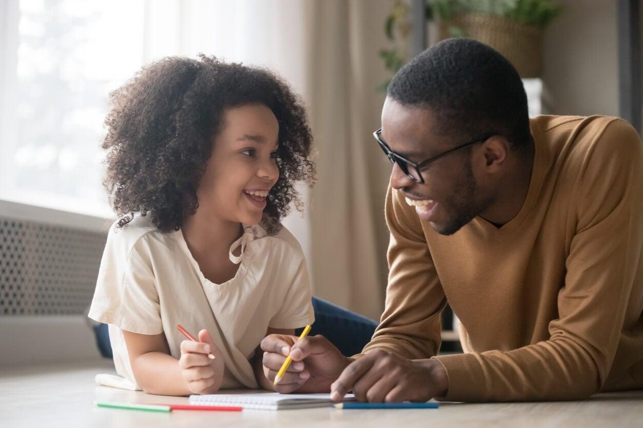 dibujo juego padre nina hoja papel lapices colores aprender piso sonrisa felices