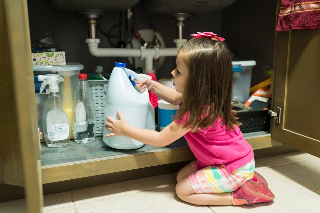 bajomesada armoire fille bébé eau de javel eau de javel toxique poison empoisonnement domestique accident blessure externe cause prévention