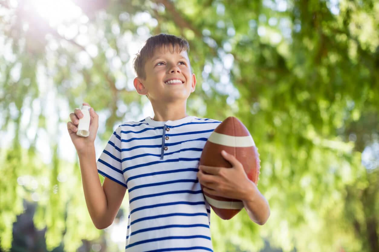 Los niños con asma pueden hacer deporte, como jugar al fútbol americano.