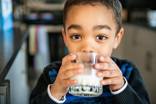 Cuánta leche deben tomar los niños según su edad