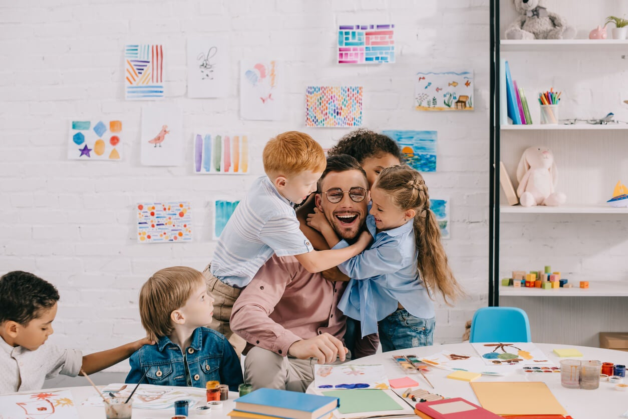 Niños en clase con su profesor.