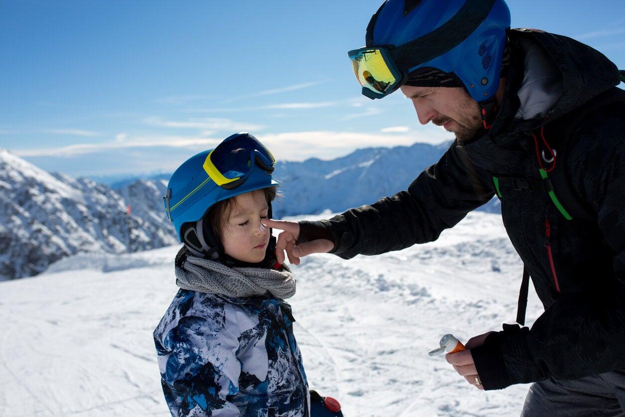 padre hijo nino ski crema solar lentes gafas casco bufanda campera nieve montaña sol proteccion solar