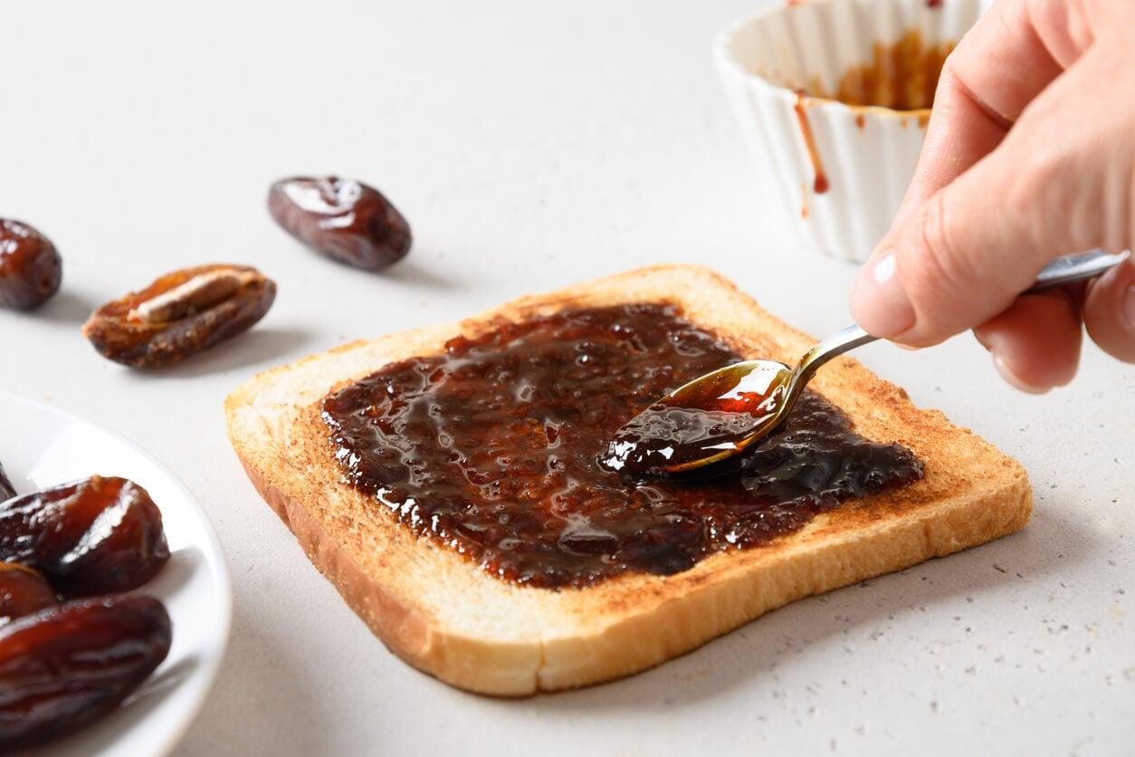Toasts à la crème de dattes.