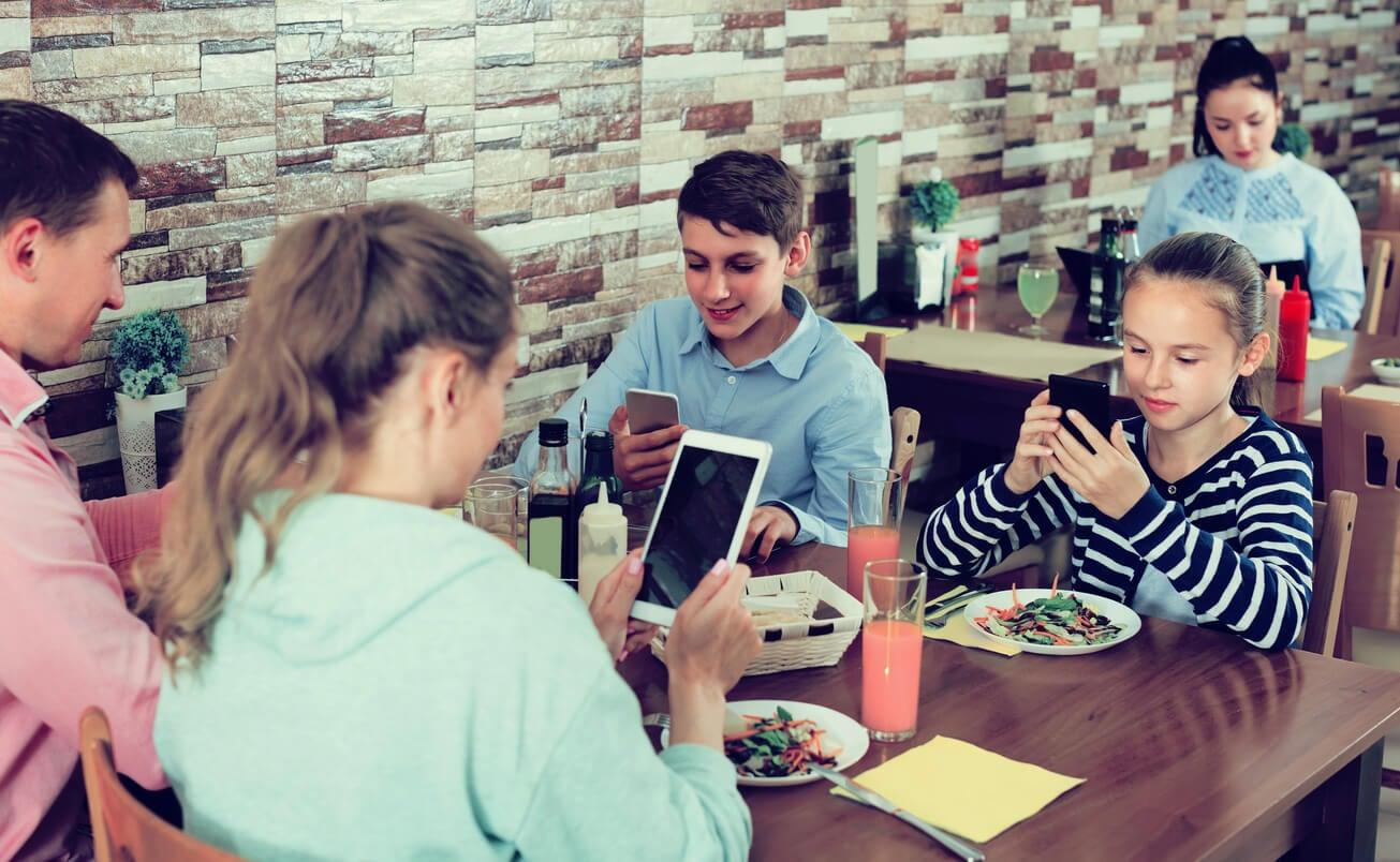 almuerzo familia jovenes adolescentes telefonos moviles padre hijo hija habito nocivo pantallas tecnologia
