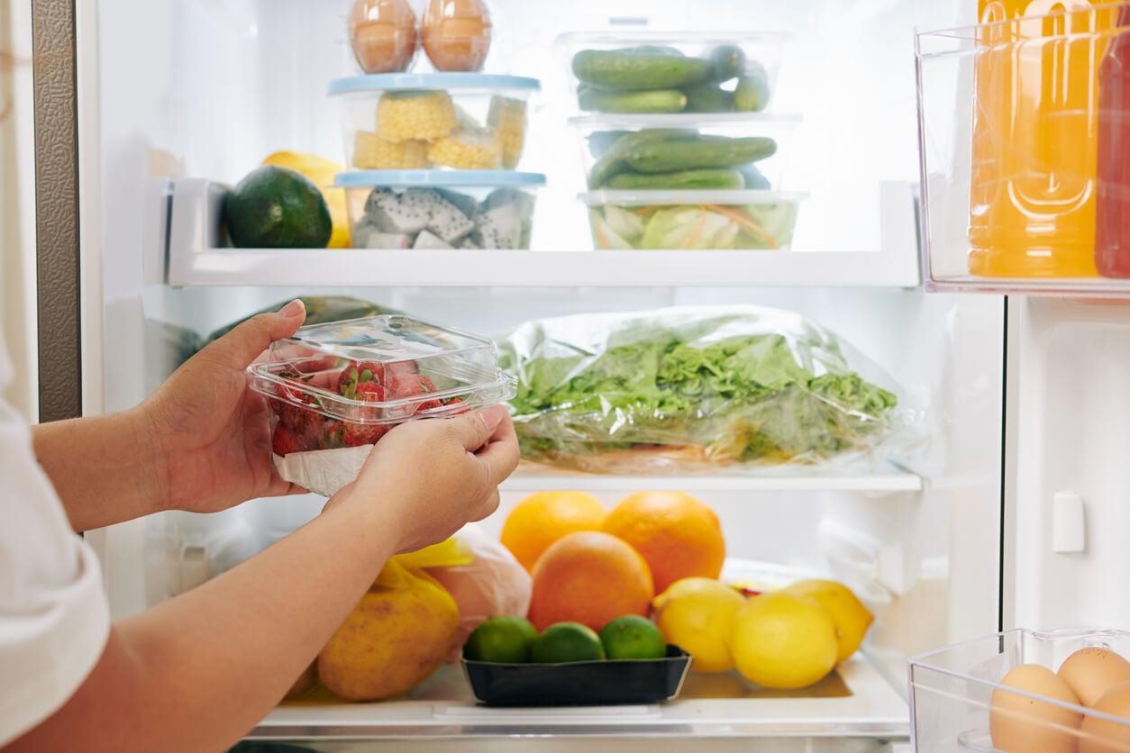 Organisation des aliments dans un réfrigérateur.