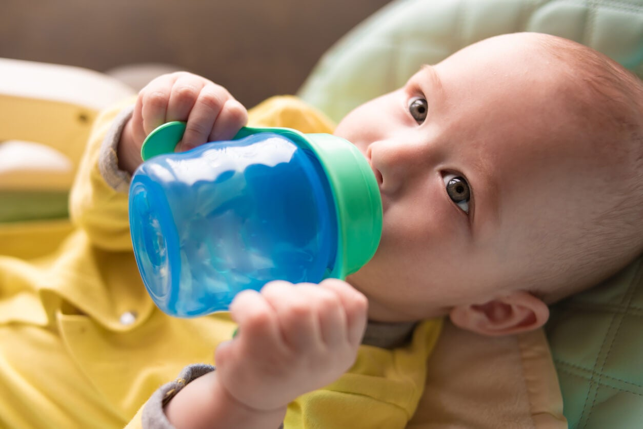 bebe acostado toma bebe vaso taza asas agua lactante
