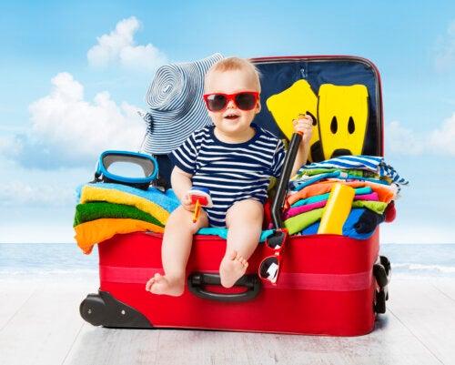 Equipaje del bebé en vacaciones: lo que no puede faltar