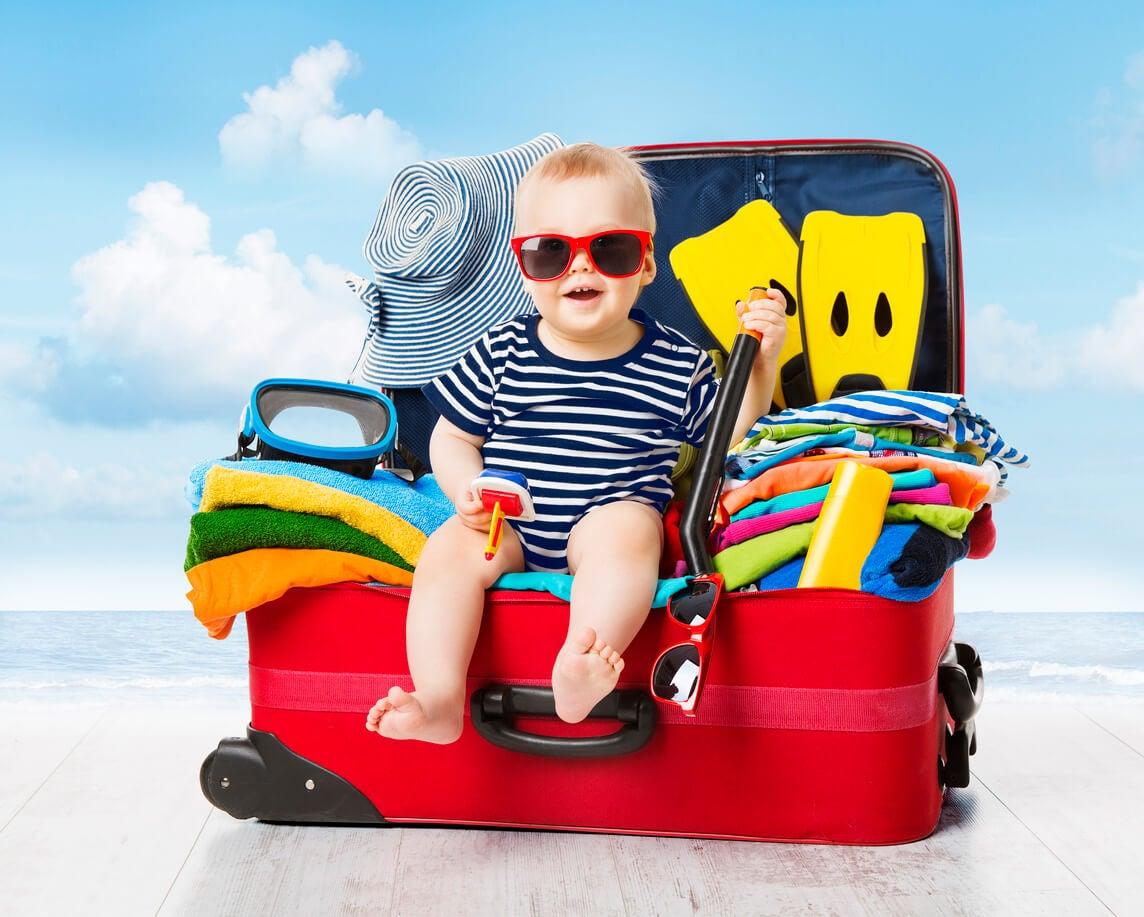 bébé vacances valise vêtements préparations lunettes de soleil voyage vacances famille