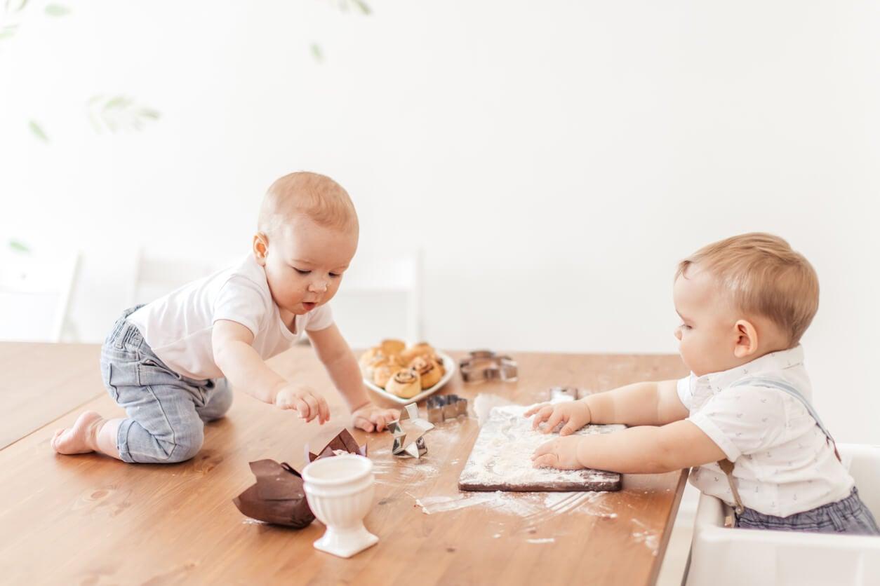 Deux enfants qui jouent avec la farine.