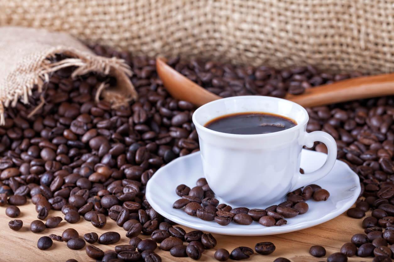 tazza di caffè piatto bevanda liquida grani borsa tela costale tavolo in legno