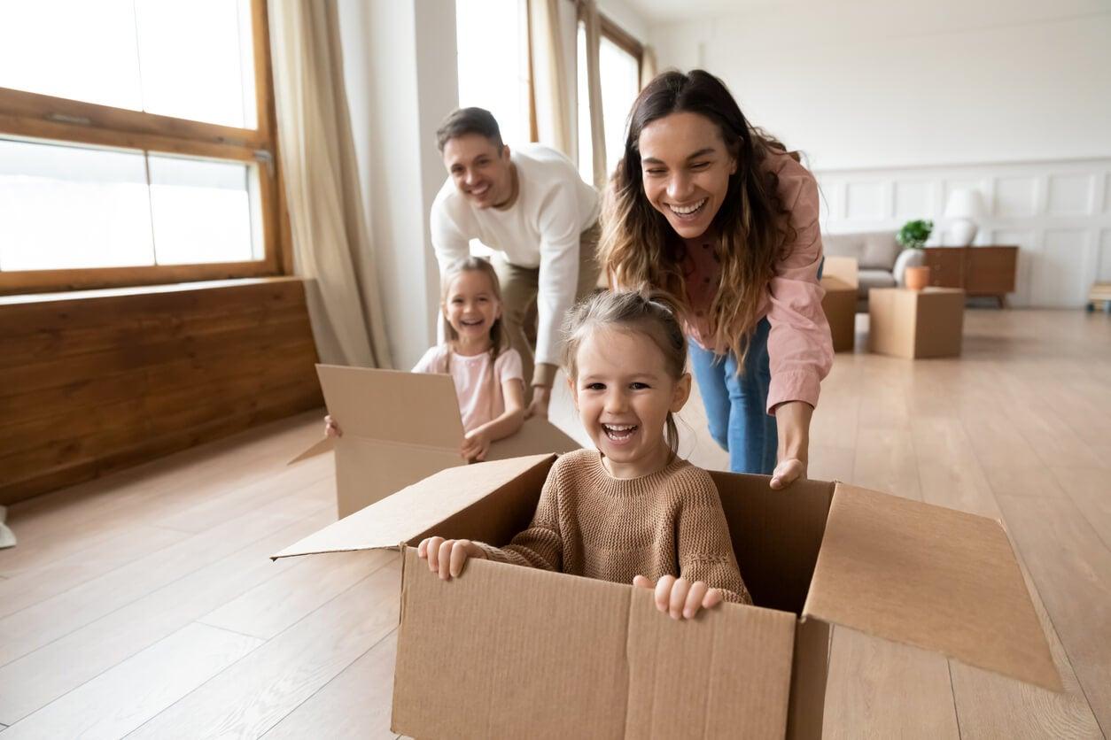 carrera cajas mudanza empaque ninos mama papa padres feliz diversion preparacion crisis vital