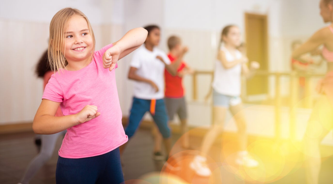 niños bailando clase baile danza hip hop ninos nina sol deporte actividad fisica habito saludable flexibilidad capacidad