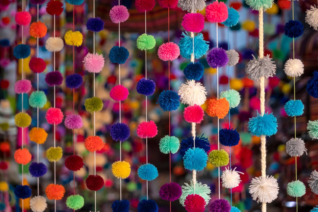 colgante techo ventana pompon lana manualidad color