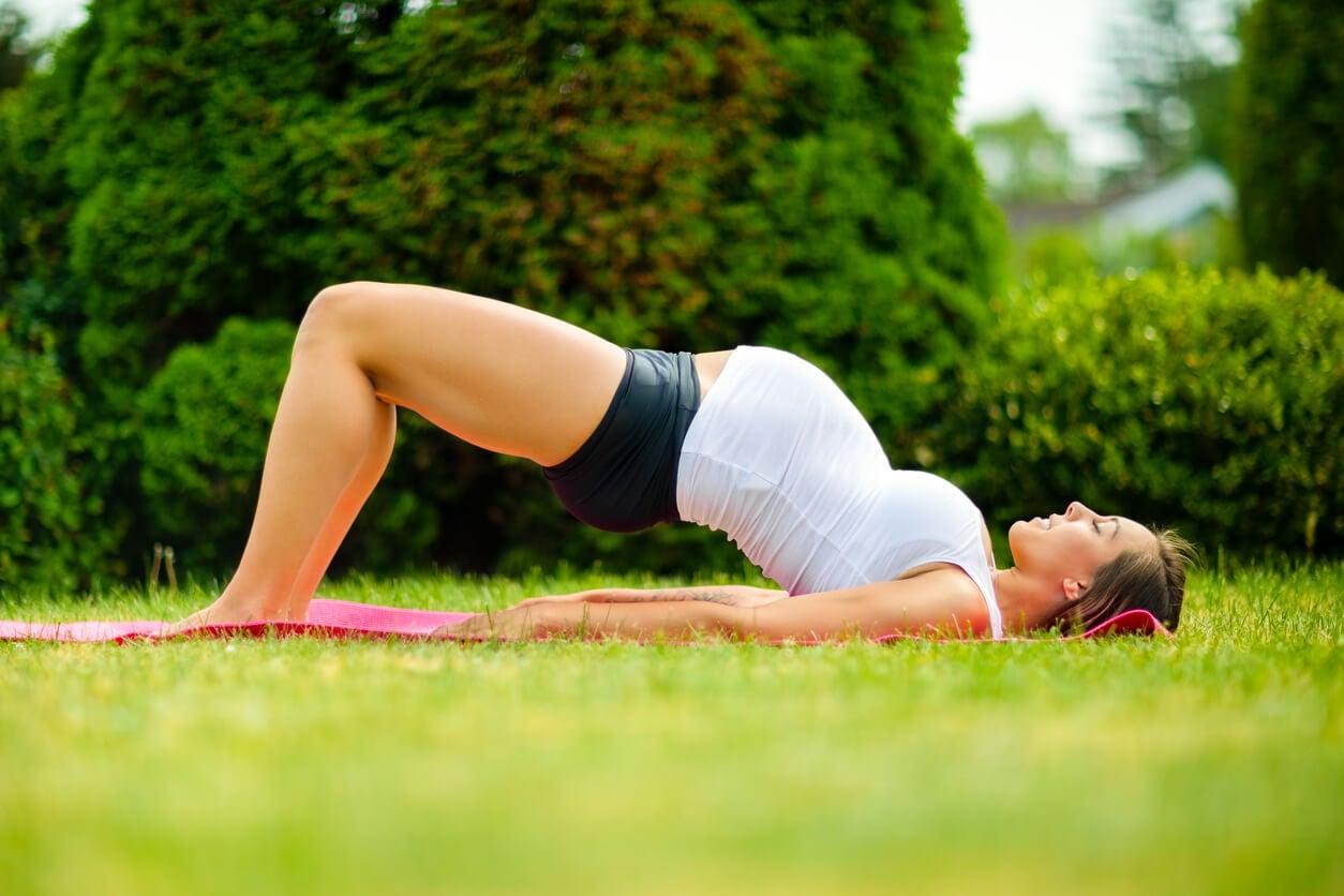 atividade física esporte exercício assoalho pélvico dorsal posterior nádegas esteira grávida grama ao ar livre
