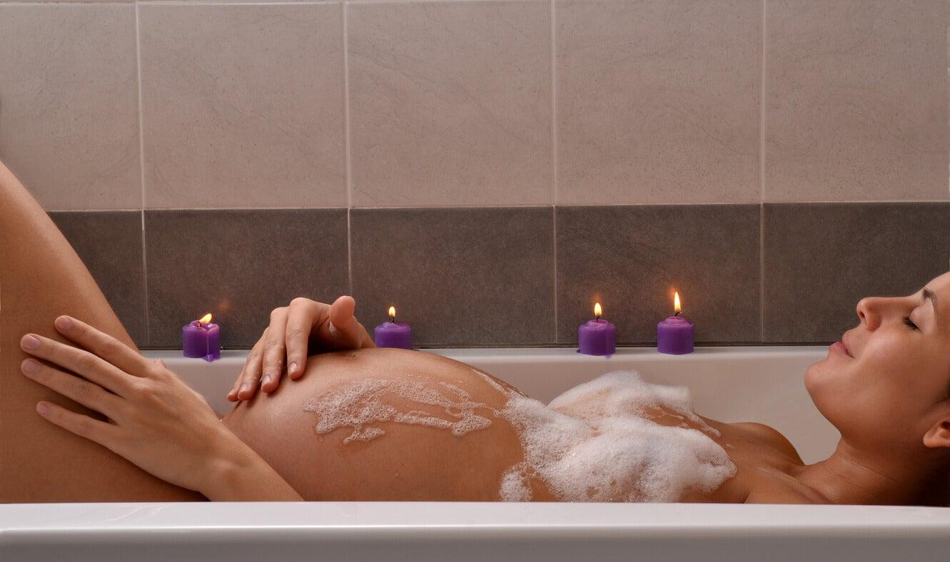 Une femme enceinte qui prend un bain.