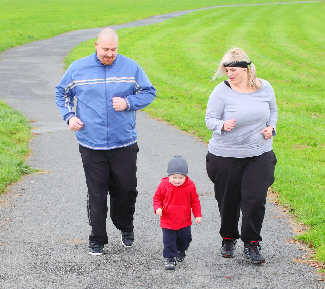 mma papa madre padre bambino neonato a piedi percorso quadrato obesi obesità sport salute