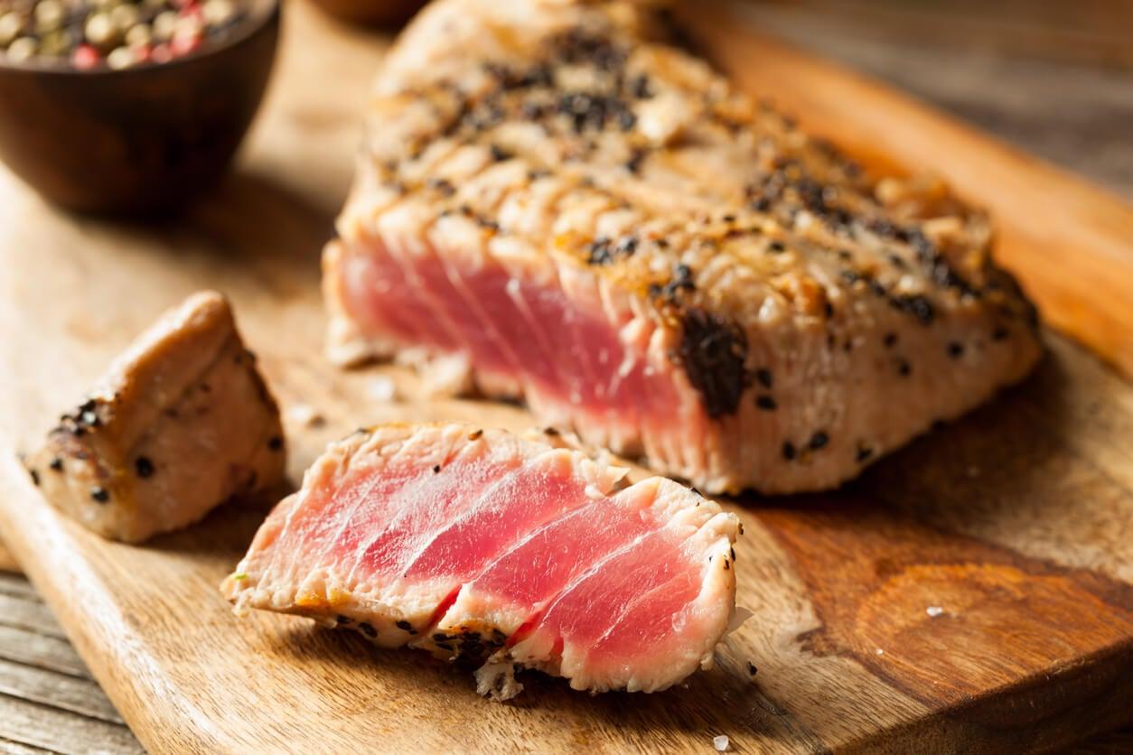 filete asado atun rojo sesamo crudo barbacoa metal pesado mercurio toxico embarazo