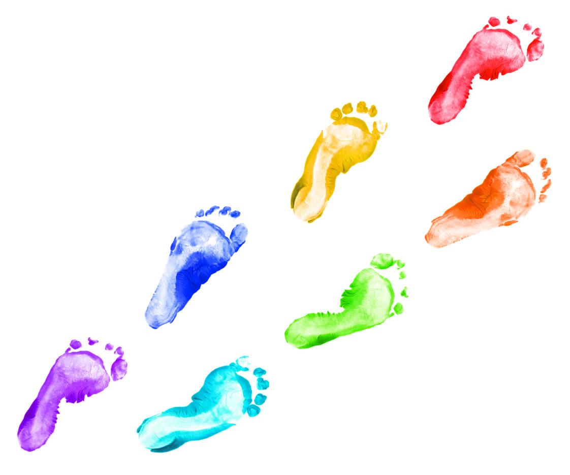 Empreintes de pieds avec de la peinture.