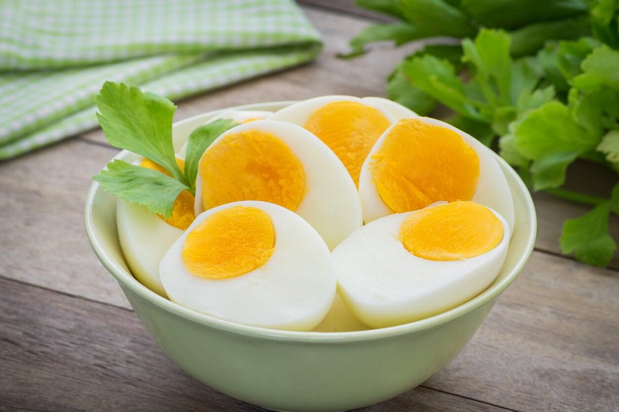 huevo hervido cocido tazon verdes hojas vegetales fresco verano