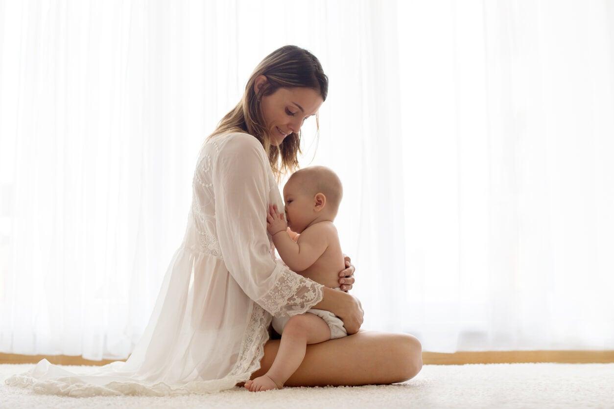 lactancia teta materna mama bebe sentados espalda derecha lactante feliz
