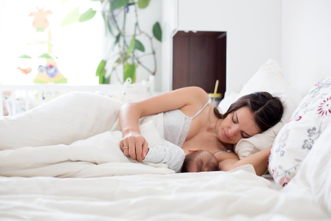 Lactancia materna en la cama.