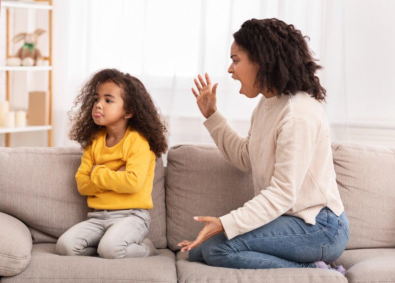 madre mama gritanina nena sillon enojo enfado desbordada reto disciplina limite