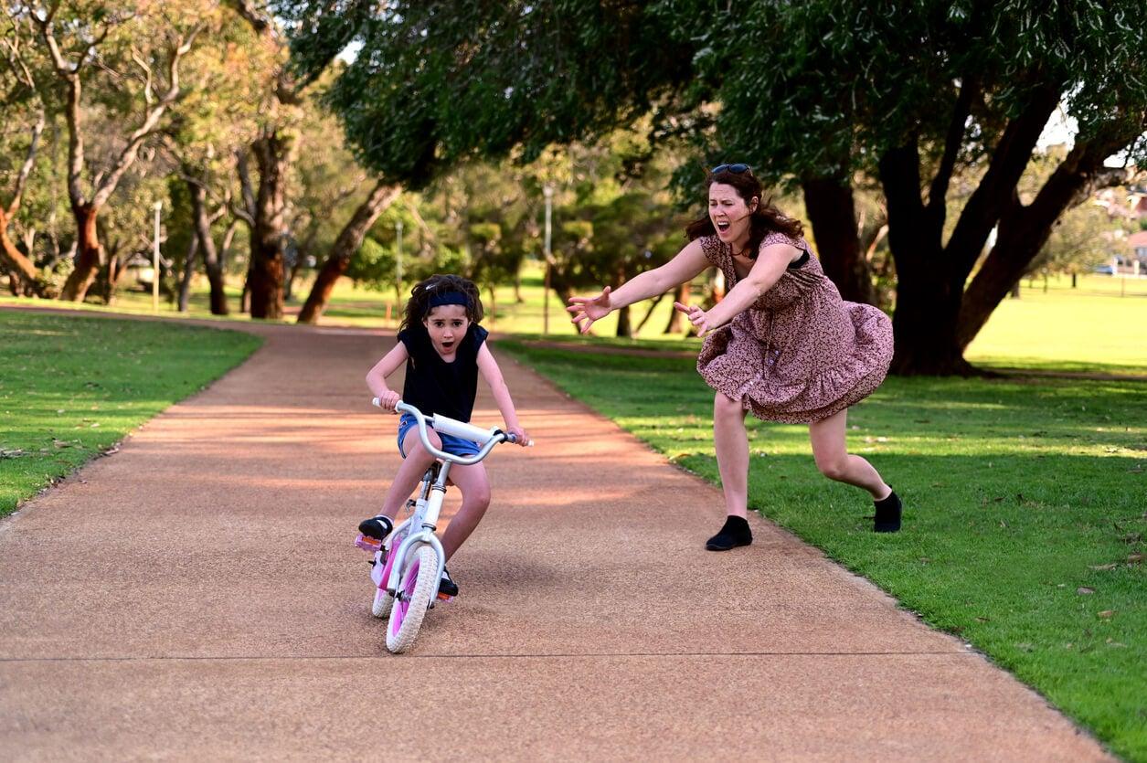 nina nena anda bicicleta pedalea caida senda parque madre histerica miedo grita terror sobreprotectora
