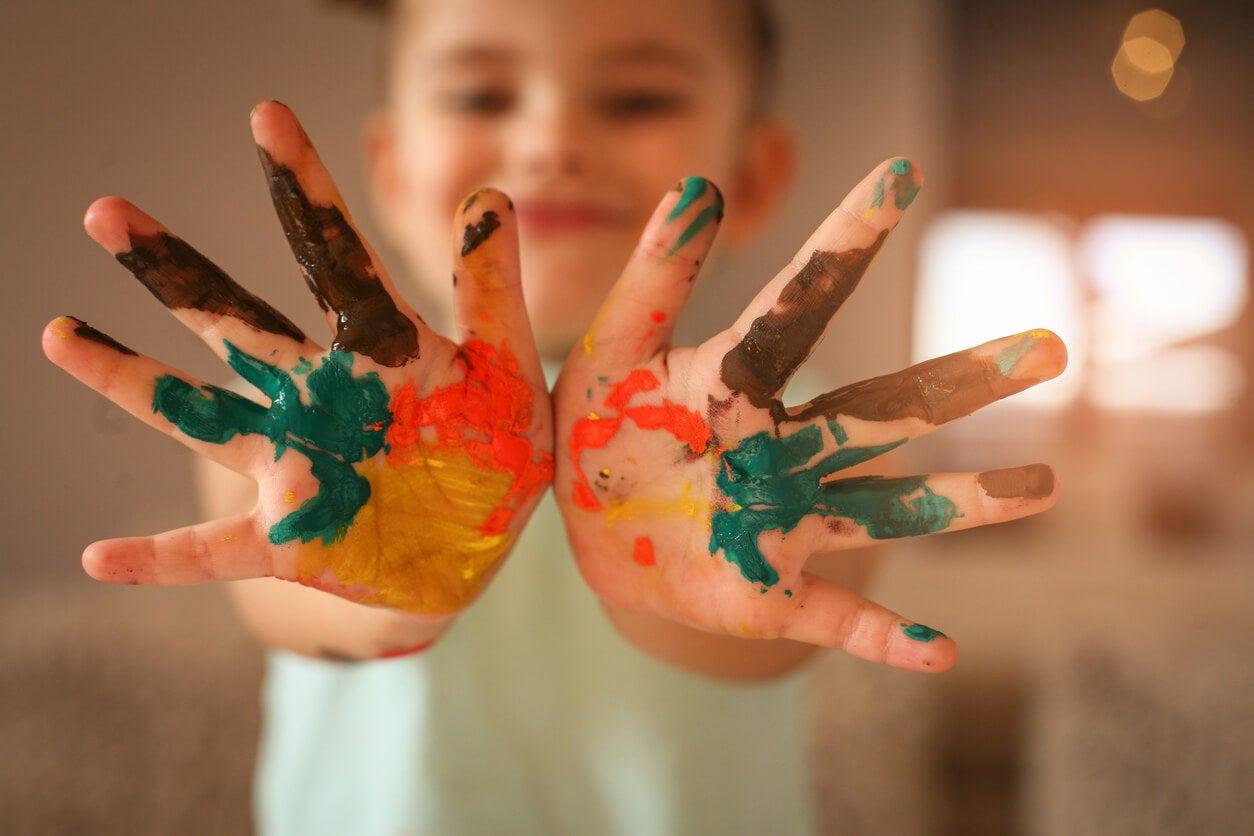 mains sales peintes peinture enfant bébé heureux artisanat activité jeu