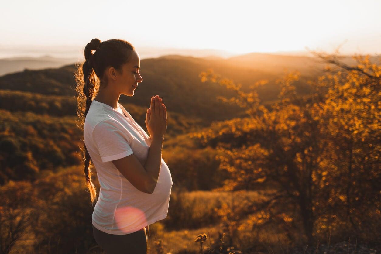 méditation yoga pleine conscience montagne automne femme enceinte paix relaxation