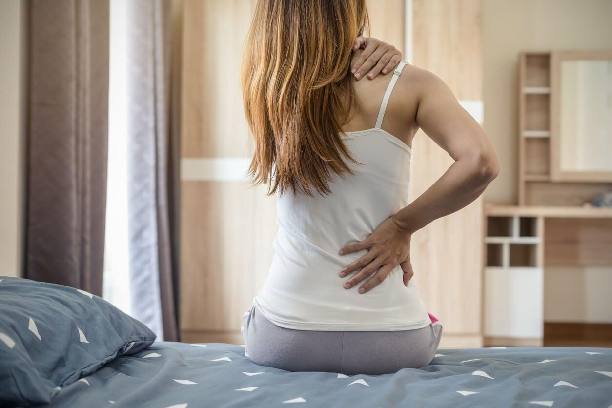 dorsalgia lumbalgia cervicalgia dolor espalda cuello dorso lumbar mujer cama sentada dia