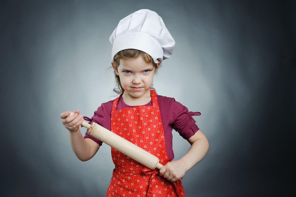 petite fille en colère avec qui on s'est servi de la nourriture comme punition