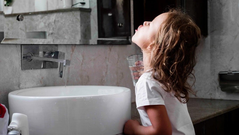 nina gargaras agua colutorio infantil bano higiene dental rutina salud bucal