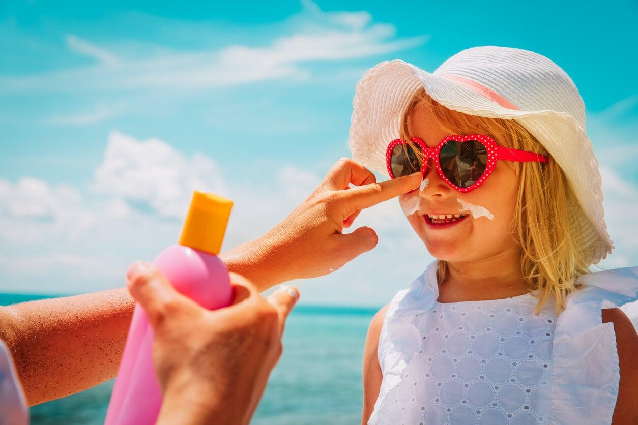 nina nena playa verano portector pantalla solar gorro sombrero lentes de sol gafas ropa clara cuidados piel prevencion lesiones