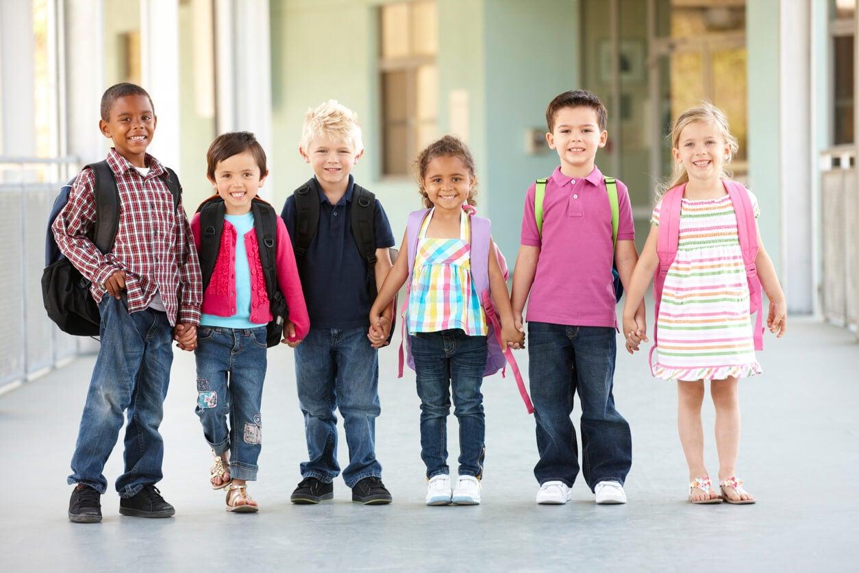 tolerancia diversidad etnias ninos tomados mano companerismo companeros amistad amor respeto valores educacion ensenanza igualdad humano derecho