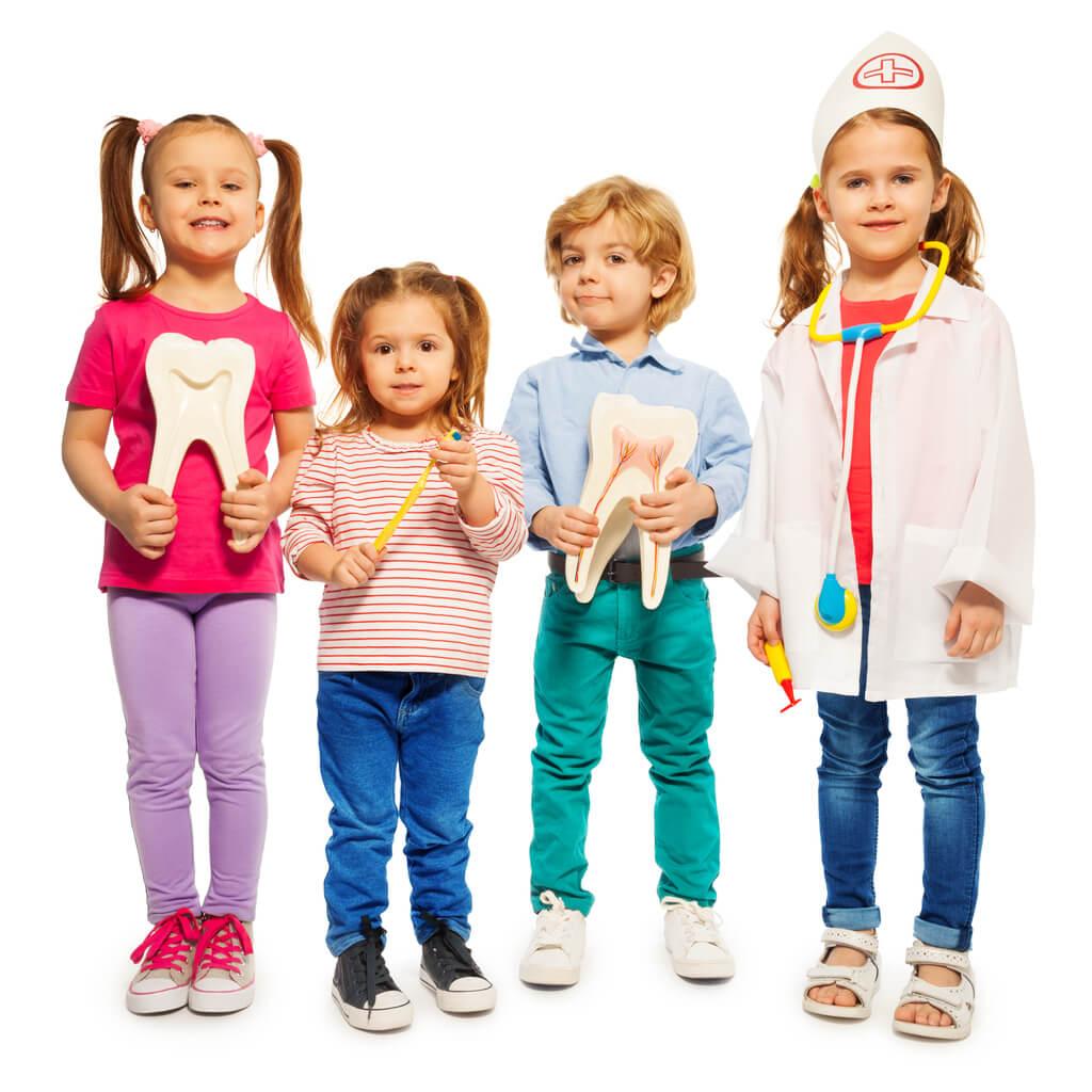 nino nina nene nena ninos juegan doctor odontologo dentista pediatra odontopediatra diente herramienta instrumental felices