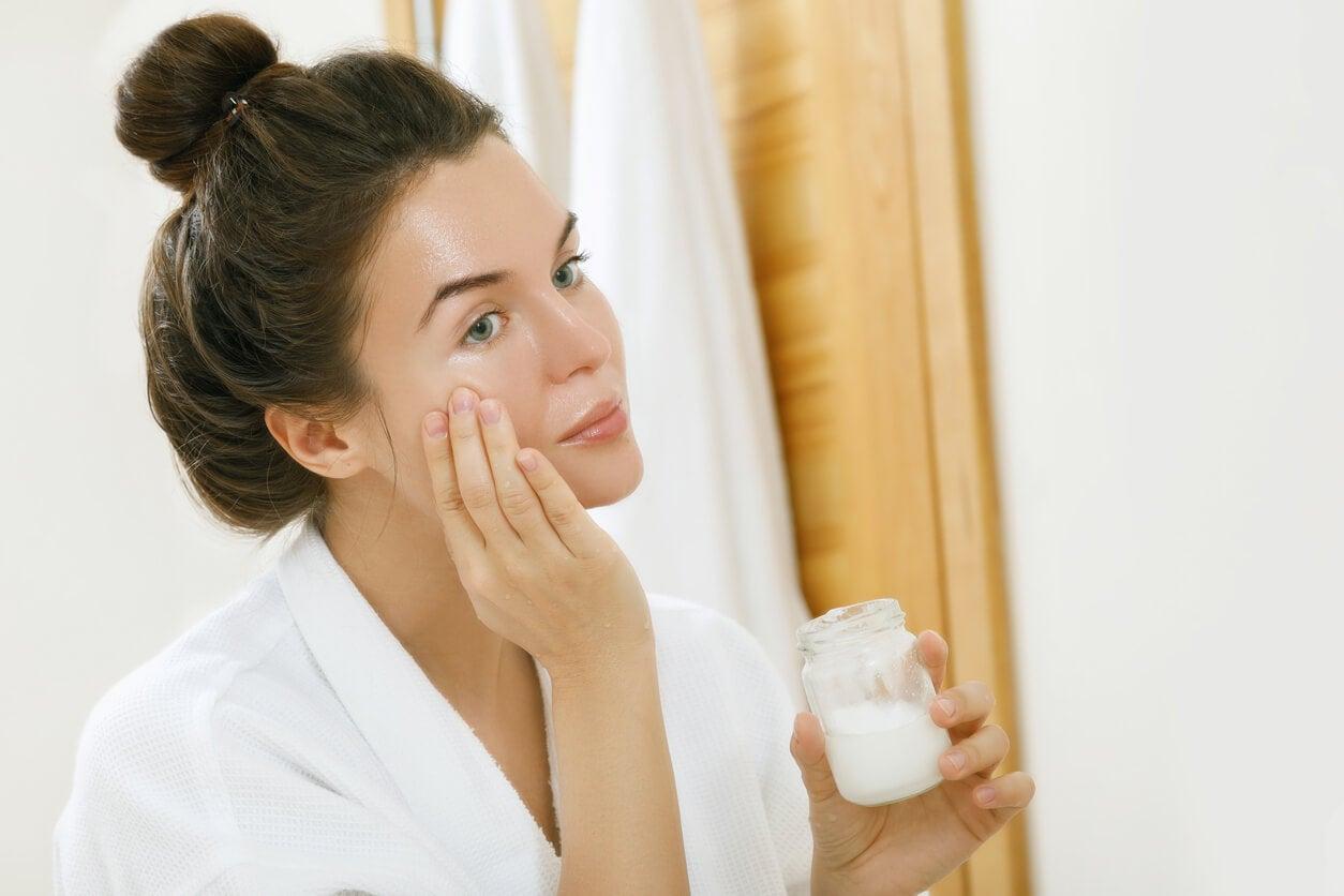 mujer aplica aceite coco cara hidratante cosmetico cuidado piel embarazo
