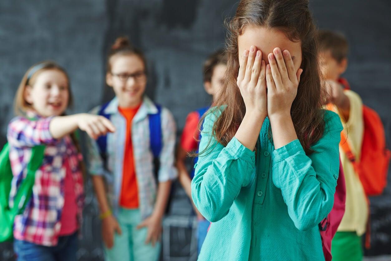 Une jeune fille victime de harcèlement scolaire.