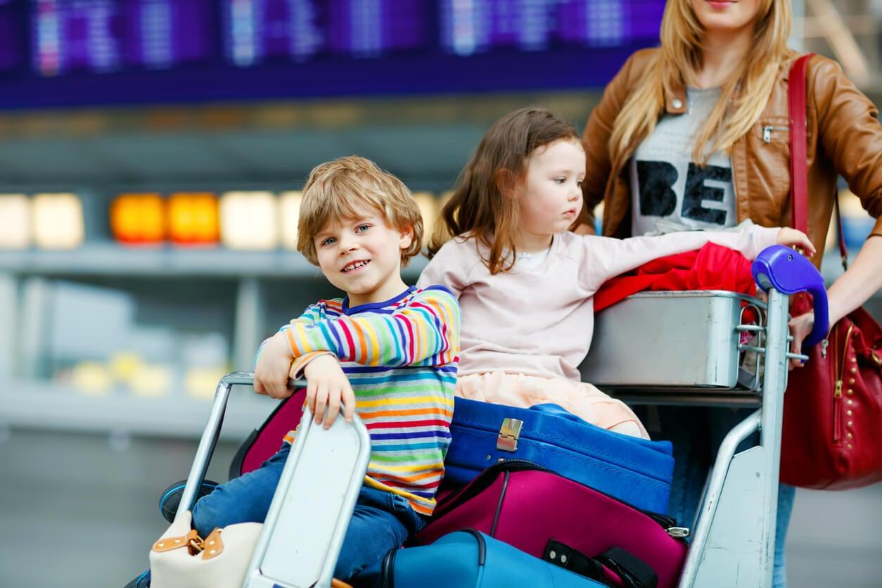aeroporto auto valigie madre mamma bambino ragazza bambini gemelli stress bagagli viaggio vacanza