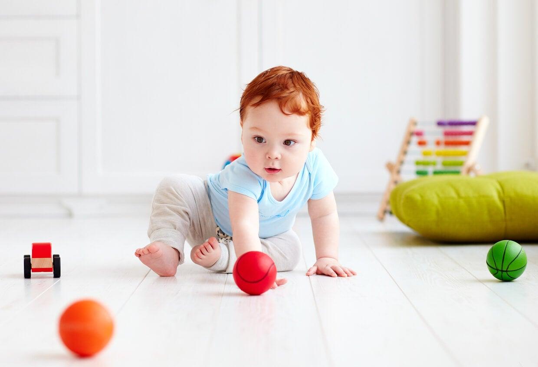 bebe piso suelo pelotas gateo desarrollo madurativo fisico infancia
