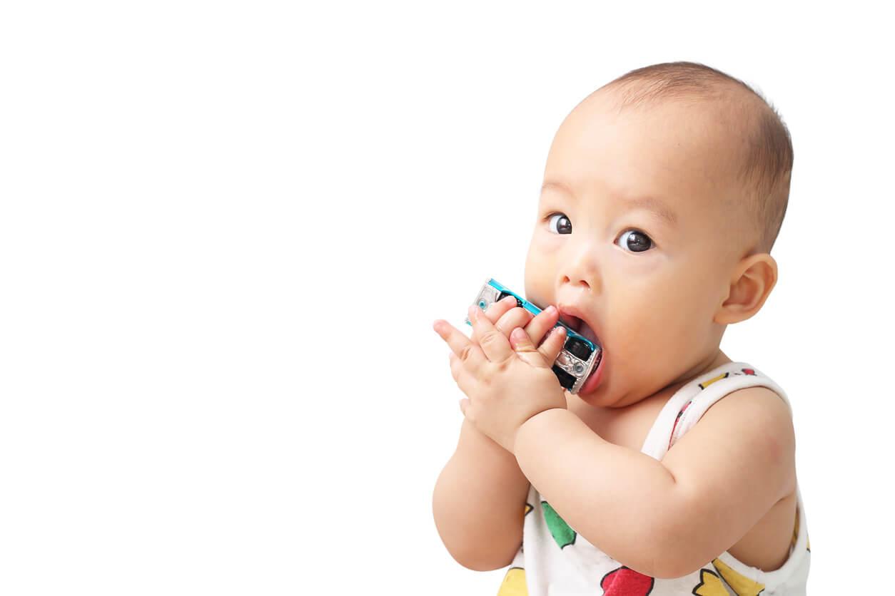 estágio de desenvolvimento sensorial motor piaget mão objeto brinquedo boca bebê criança infante explorar descobrir desenvolver estimular brinquedo automóvel