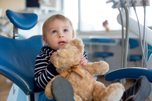 ¿Cuándo llevar al bebé al dentista por primera vez?