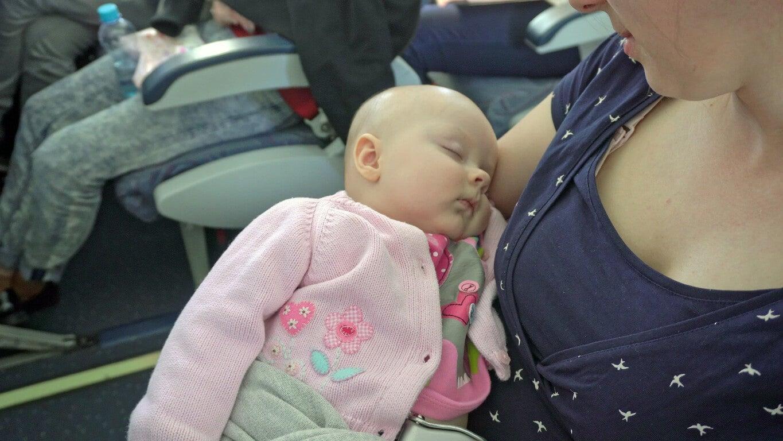 Une maman qui voyage avec son bébé en avion.