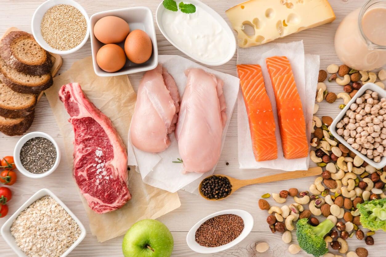 Assortiment d'aliments protéinés.