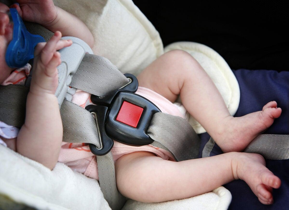 Un bébé dans un siège auto.