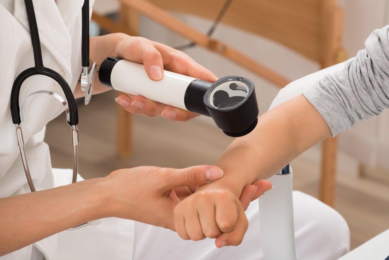 Consultation dermatologique d'un enfant.