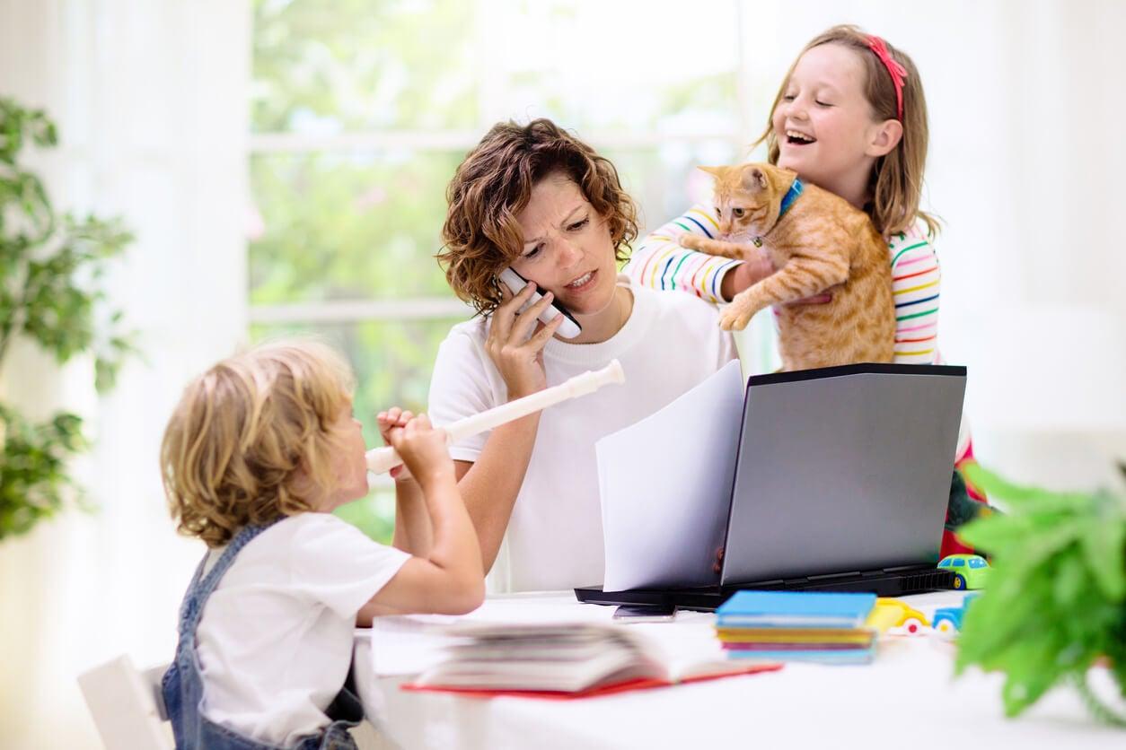 trabajo casa remoto home office madre maternidad crianza ninos pandemia cuarentena estres congeniar vida personal laboral carrera