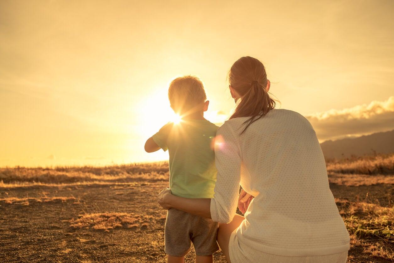 paisaje disfrute tarde atardecer puesta sol belleza natural valores inculca comparte madre nino nene crianza